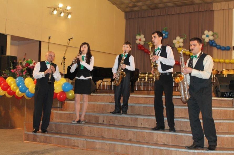 В Артемовске пышно отметили юбилей Школы искусств и вручили юбилярам путевки на отдых в Греции, фото-10