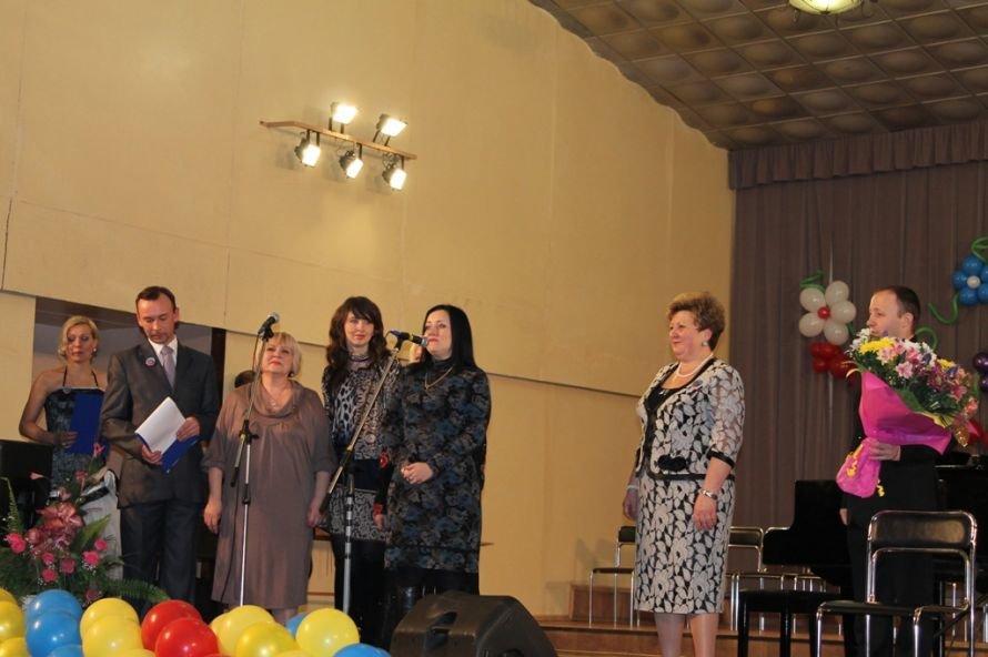 В Артемовске пышно отметили юбилей Школы искусств и вручили юбилярам путевки на отдых в Греции, фото-4