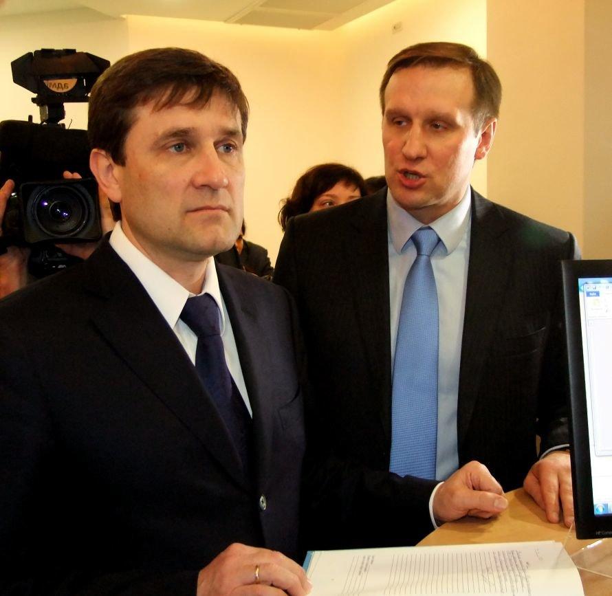 В Донецке начал работать первый в Украине узел выдачи загранпаспортов (фото), фото-4