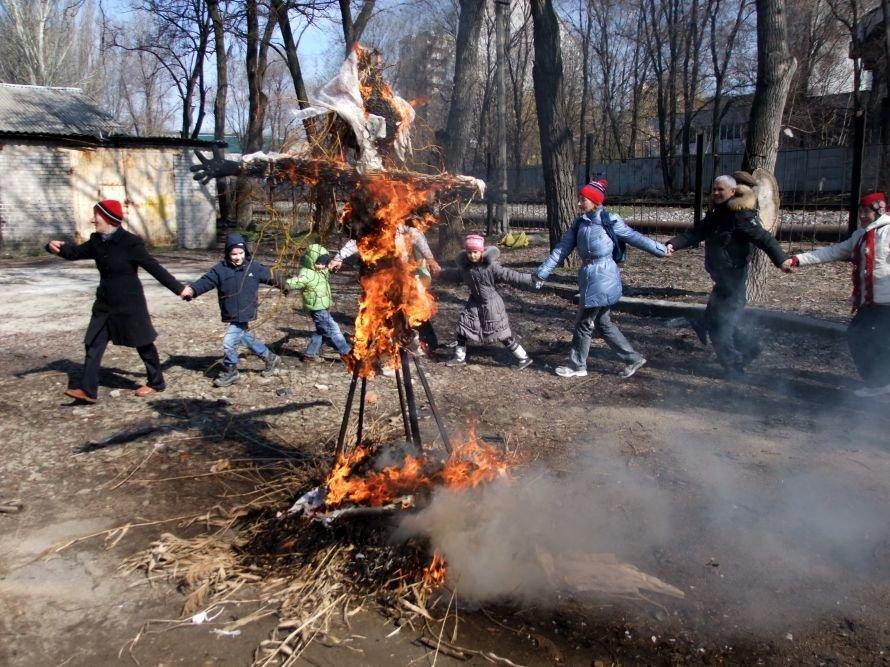 На Масленицу в Донецке купались, водили хороводы и сожгли чучело Зимы (фото), фото-4