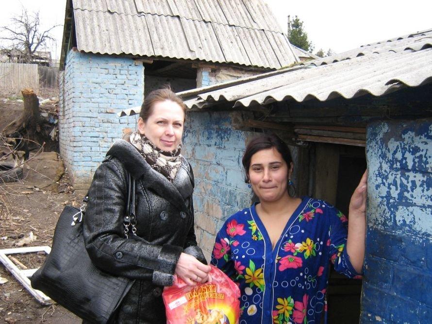 «Сотвори добро»: артемовские предприниматели раздавали продуктовые наборы, носочки и футболки, фото-2