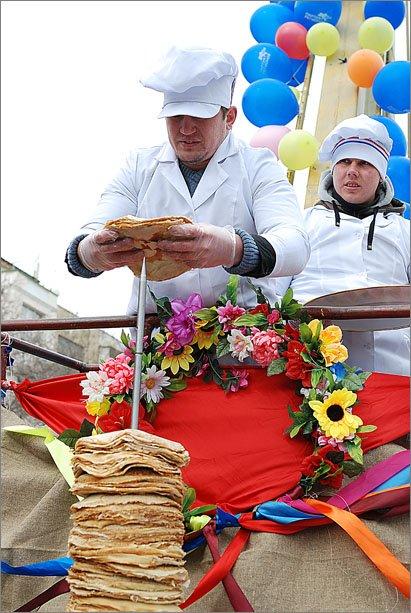 В Феодосии сложили рекордную для Украины 3,5-метровую стопку из блинов, фото-1