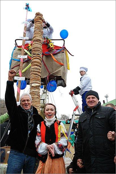 В Феодосии сложили рекордную для Украины 3,5-метровую стопку из блинов, фото-3