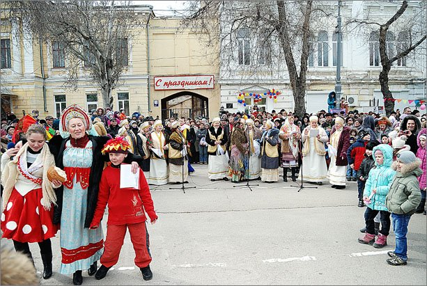 В Феодосии сложили рекордную для Украины 3,5-метровую стопку из блинов, фото-6