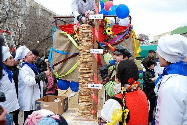 В Феодосии сложили рекордную для Украины 3,5-метровую стопку из блинов, фото-5