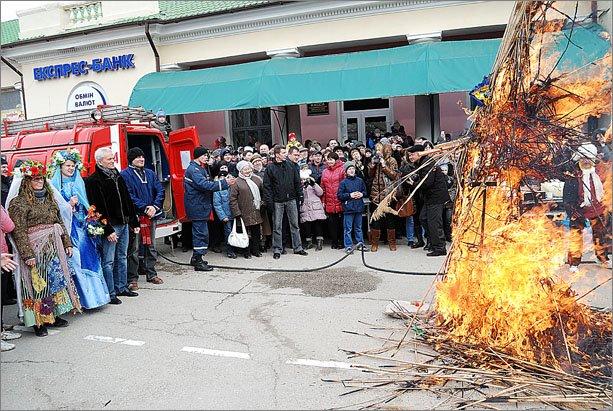 В Феодосии сложили рекордную для Украины 3,5-метровую стопку из блинов, фото-9