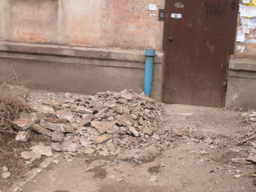 В Мариуполе по ул. Сеченова, 52 обвалился козырек, фото-1