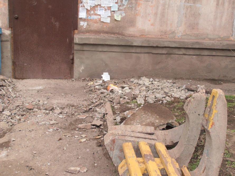 В Мариуполе по ул. Сеченова, 52 обвалился козырек, фото-2