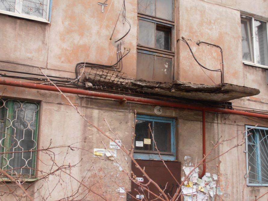 В Мариуполе по ул. Сеченова, 52 обвалился козырек, фото-3