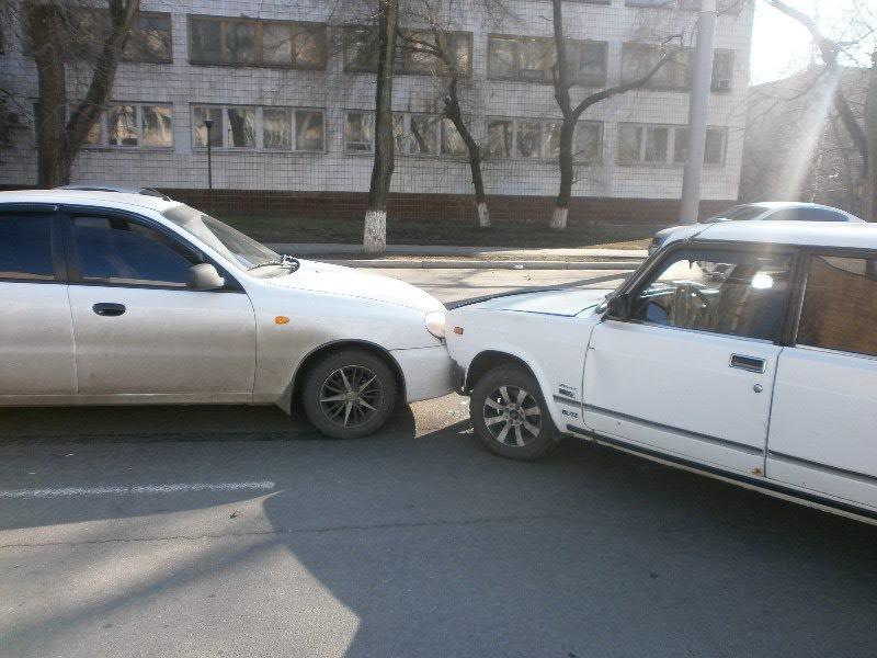 Белый в белого: в Мариуполе столкнулись две леговушки (ФОТО), фото-1