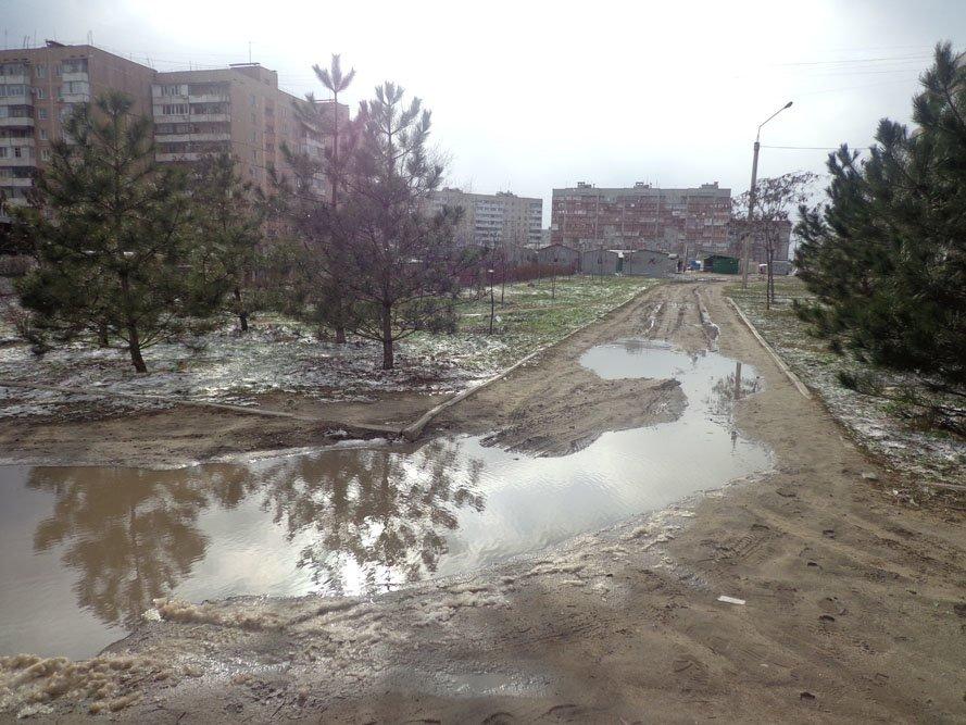 Запорожский сквер: разломанные лавочки и грязь по колено (ФОТО), фото-4