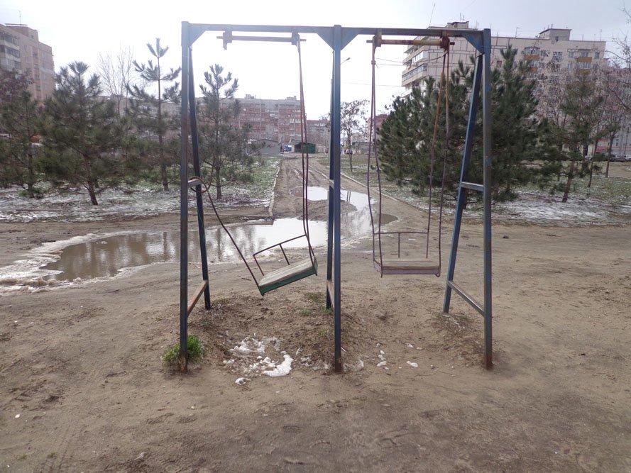 Запорожский сквер: разломанные лавочки и грязь по колено (ФОТО), фото-3