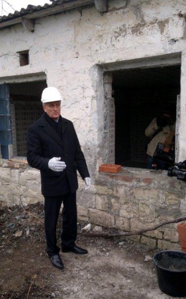 В Феодосии начали строить пункт стерилизации бездомных животных: кирпичи кладет мэр (ВИДЕО), фото-2