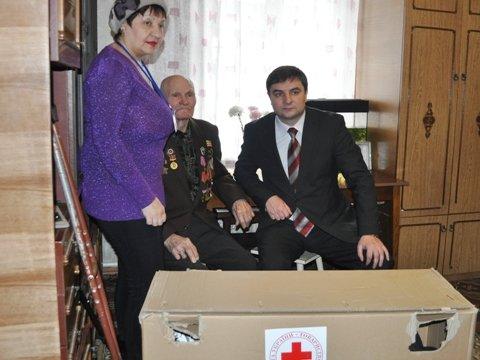 Евгений Клеп лично привез ветерану инвалидную коляску от Красного Креста, фото-3