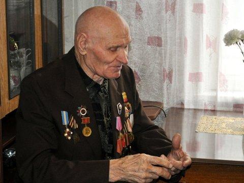 Евгений Клеп лично привез ветерану инвалидную коляску от Красного Креста, фото-1