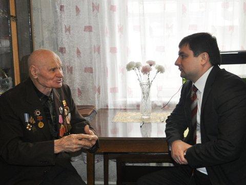 Евгений Клеп лично привез ветерану инвалидную коляску от Красного Креста, фото-2
