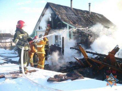 Пожар в Витебском районе: сгорел гараж и автомобиль (ФОТО), фото-1