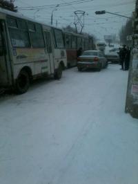 Скользкое место. В Мариуполе одновременно столкнулись автобус с трамваем и две легковушки (ФОТО), фото-1