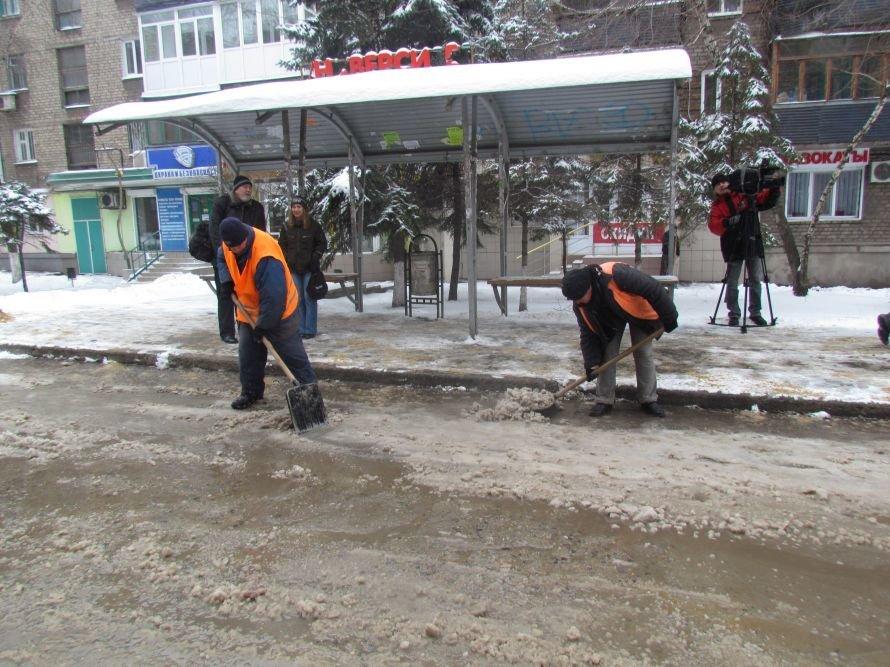 Мариупольские коммунальщики весной высыпают тонны песка и соли, которые не израсходовали зимой (ФОТО), фото-2
