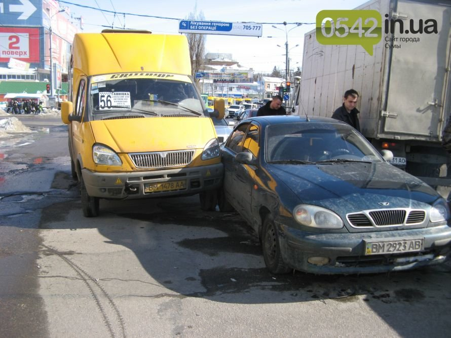 В центре Сум маршрутка попала в аварию, фото-1
