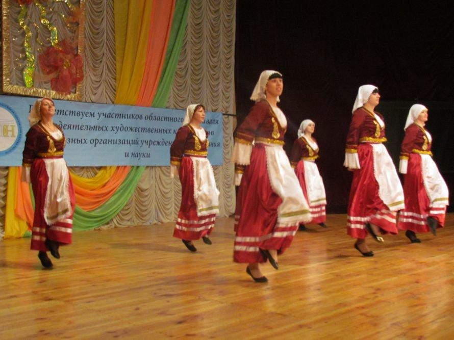 В Мариуполе члены профосоюза пели, танцевали и угощали виноградом (ФОТО), фото-1