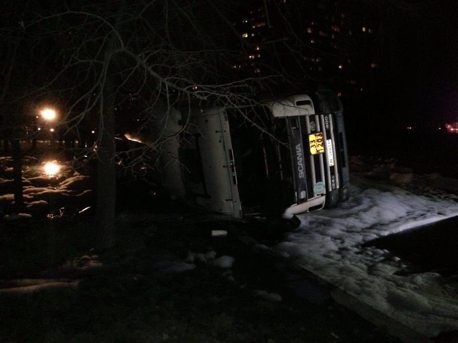 В результате опрокидывания цистерны с топливом, пострадал водитель бензовоза (ОБНОВЛЕНО), фото-3