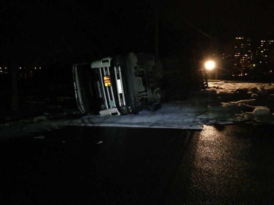 В результате опрокидывания цистерны с топливом, пострадал водитель бензовоза (ОБНОВЛЕНО), фото-2