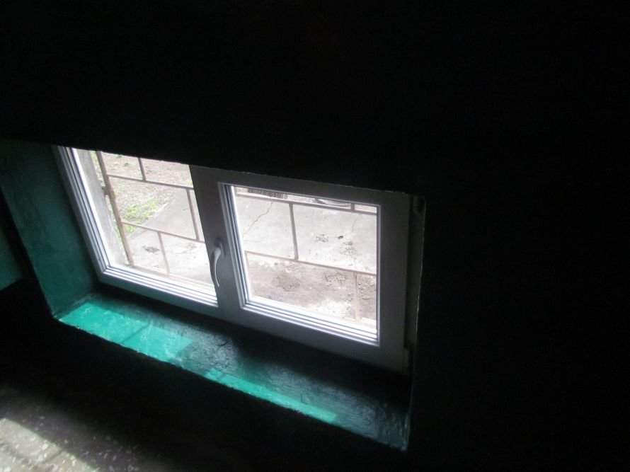В Мариуполе окна в подъездах «переодевают» в пластик (ФОТО), фото-3