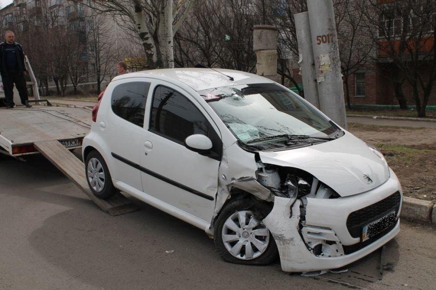 Сегодня в Артемовске возле детской больницы столкнулись два автомобиля (ФОТО), фото-3