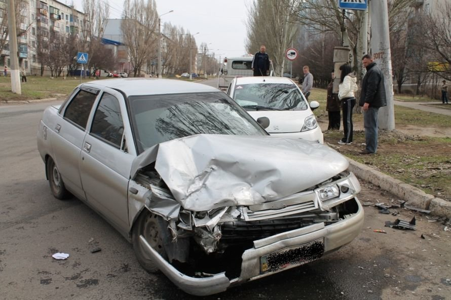 Сегодня в Артемовске возле детской больницы столкнулись два автомобиля (ФОТО), фото-2