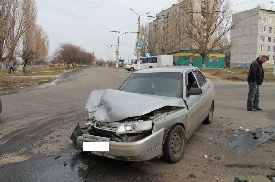 Сегодня в Артемовске возле детской больницы столкнулись два автомобиля (ФОТО), фото-4