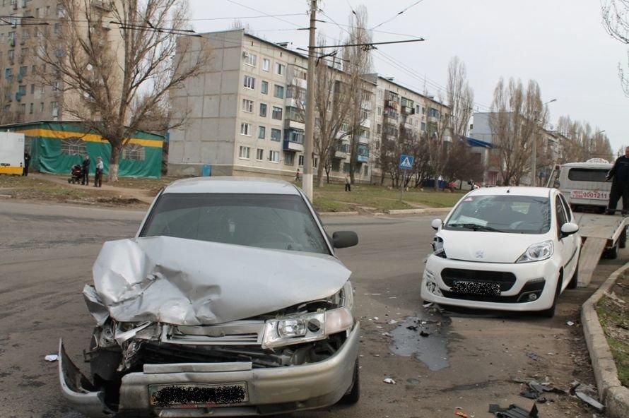 Сегодня в Артемовске возле детской больницы столкнулись два автомобиля (ФОТО), фото-5