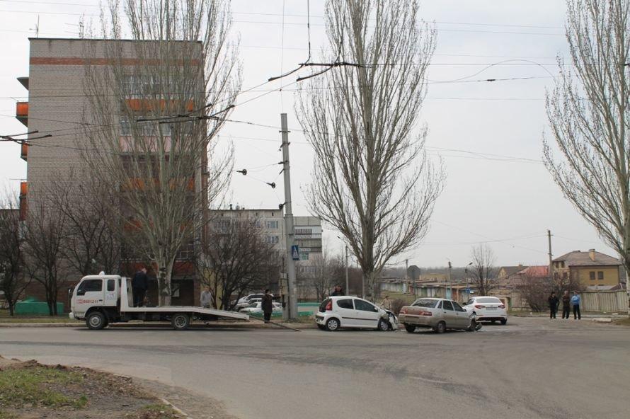 Сегодня в Артемовске возле детской больницы столкнулись два автомобиля (ФОТО), фото-1