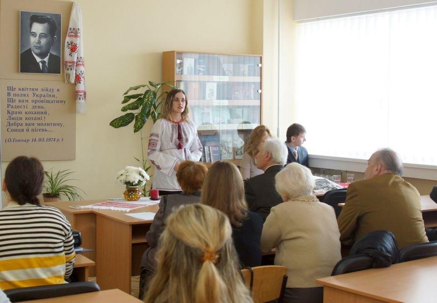 В Днепропетровске студенты читали произведения Олеся Гончара (ФОТО), фото-3
