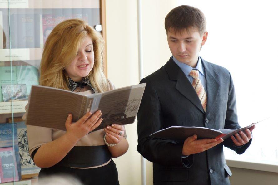 В Днепропетровске студенты читали произведения Олеся Гончара (ФОТО), фото-2