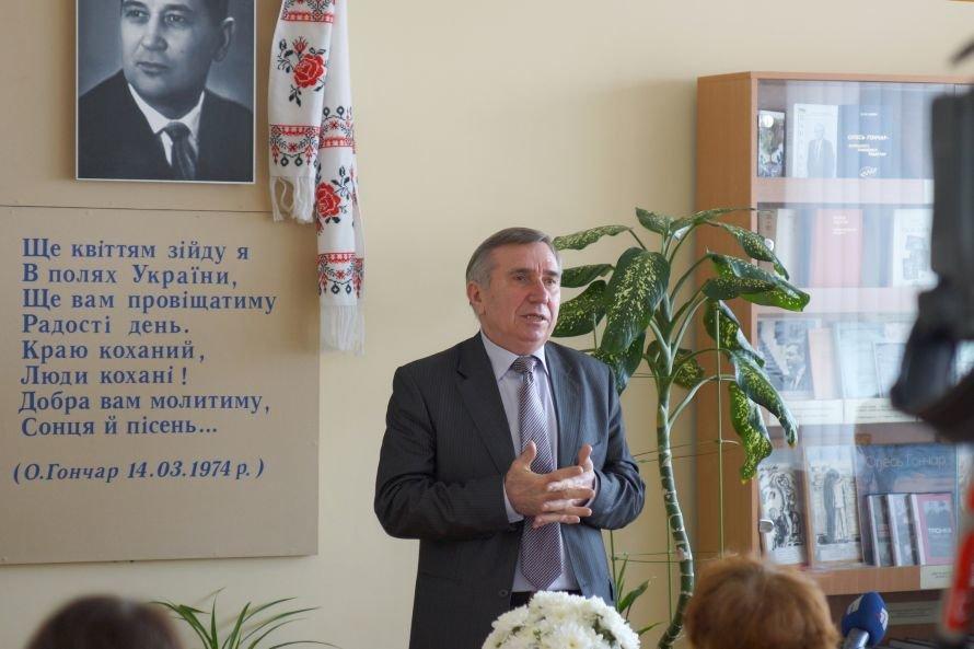 В Днепропетровске студенты читали произведения Олеся Гончара (ФОТО), фото-1