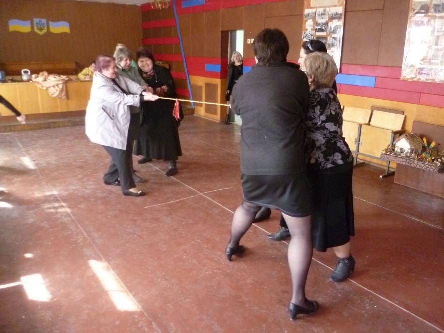 В Мариуполе личный состав исправительного центра ради здоровья прыгал в мешках (ФОТО), фото-1