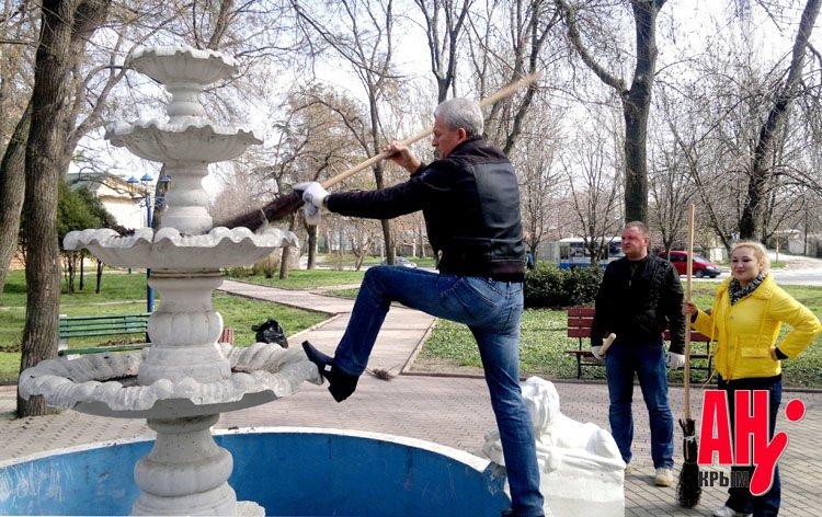 Мэр Феодосии на субботнике сажал и пилил деревья, фото-1