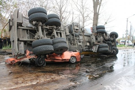 У бензовоза, раздавившего Chevrolet с людьми в Крыму, перегрелись тормоза (ВИДЕО), фото-1