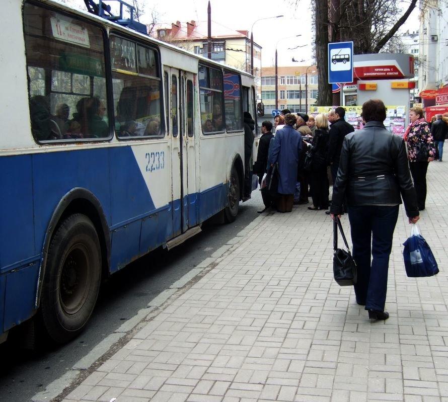 В Донецке  троллейбусы  стали ездить без кондукторов -  это привело к  настоящим давкам за право пройти в единственные открытые двери (фото), фото-2