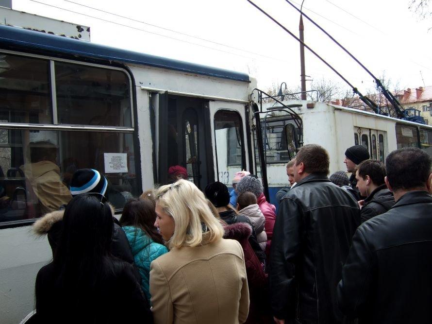 В Донецке  троллейбусы  стали ездить без кондукторов -  это привело к  настоящим давкам за право пройти в единственные открытые двери (фото), фото-1