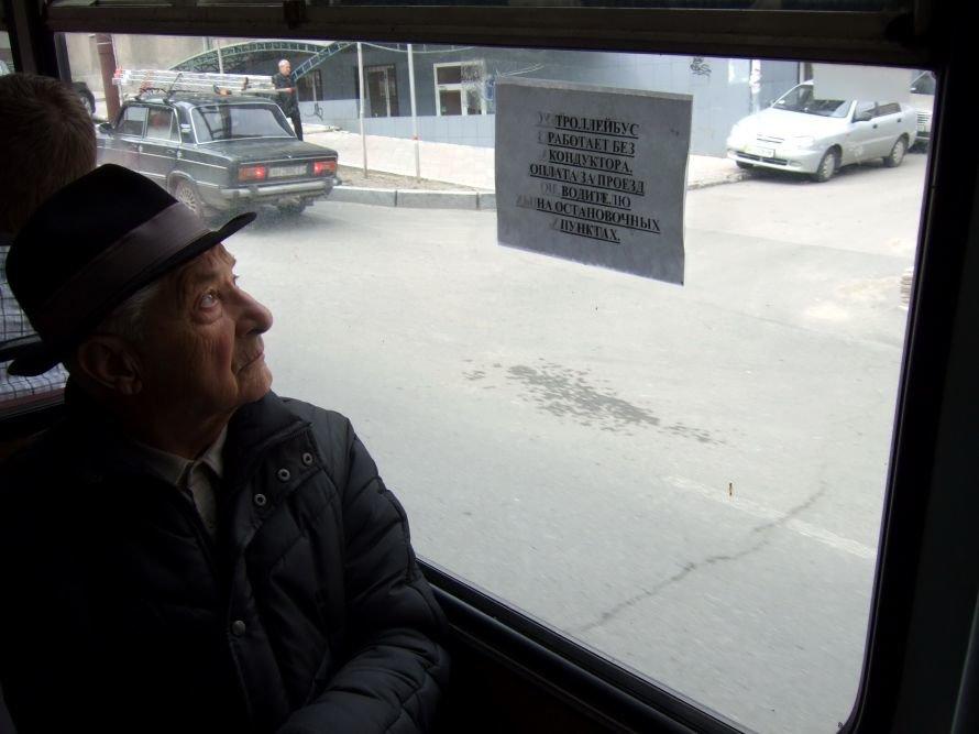 В Донецке  троллейбусы  стали ездить без кондукторов -  это привело к  настоящим давкам за право пройти в единственные открытые двери (фото), фото-3