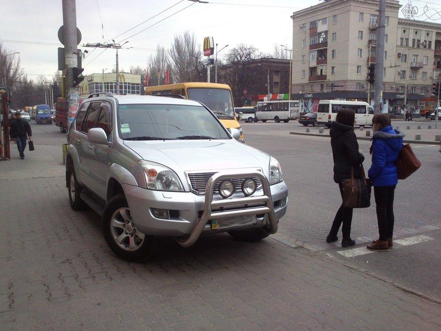 В центре Запорожья у пешеходного перехода припарковался водитель внедорожника, фото-2