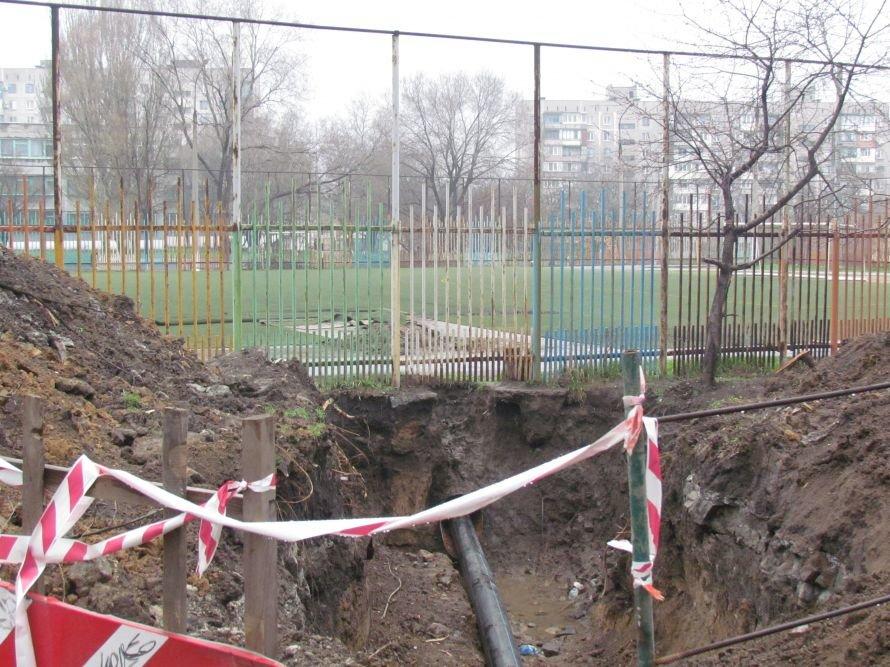 В Мариуполе меняют трубы под футбольным полем (ФОТО), фото-1
