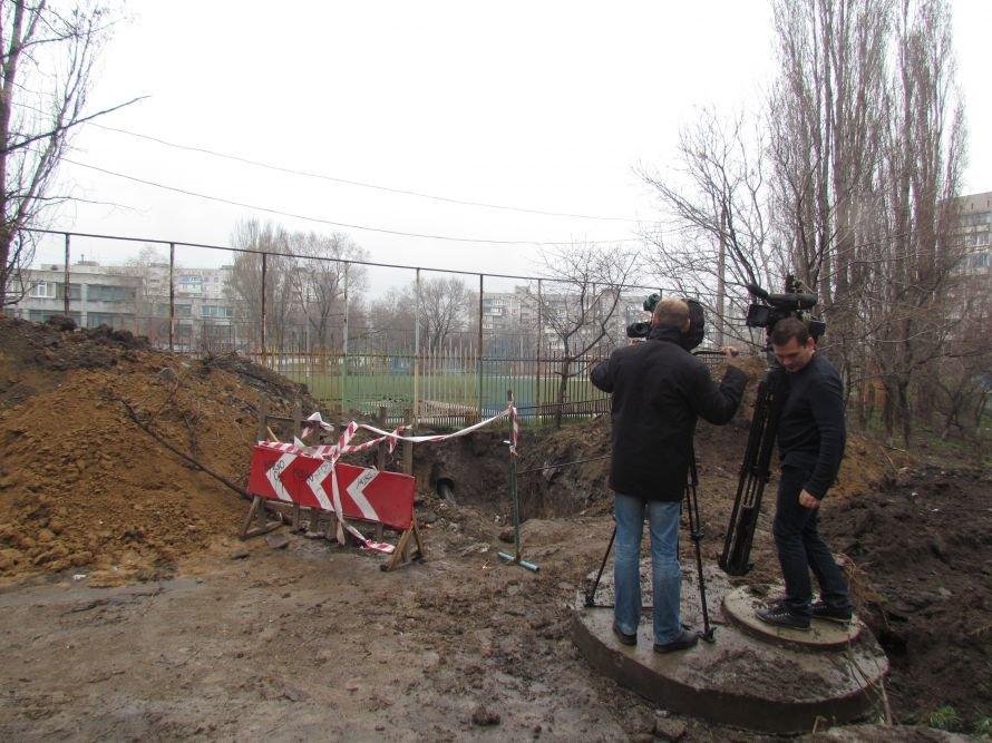 В Мариуполе меняют трубы под футбольным полем (ФОТО), фото-2