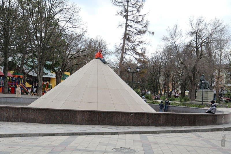 ФОТОФАКТ: Ребятня в симферопольском парке Тренева организовала новый аттракцион, фото-1