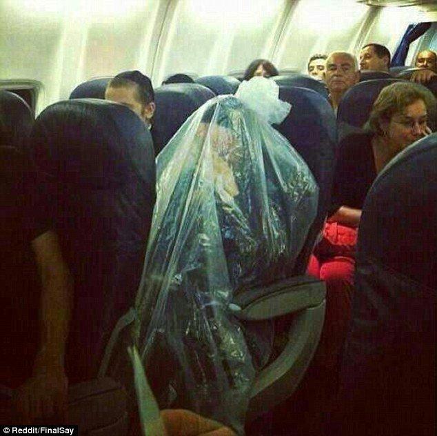Еврей летел в самолете, завернувшись в полиэтилен. Фото, фото-1