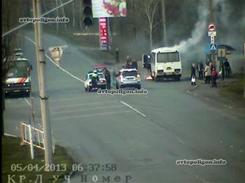В Красном Луче прямо на остановке загорелся автобус с пассажирами (ФОТО), фото-1