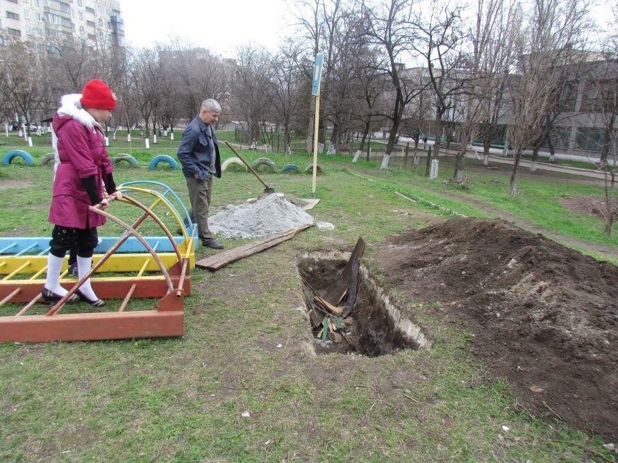 В Мариуполе жители превратили пустырь в детскую площадку (ФОТО), фото-2