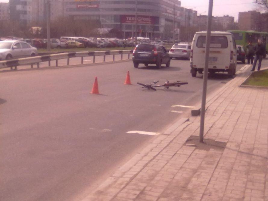 В центре Донецка «Ланос» средь бела дня сбил велосипедиста (фото), фото-1